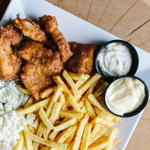 Kibbeling menu inclusief frites, salade en saus