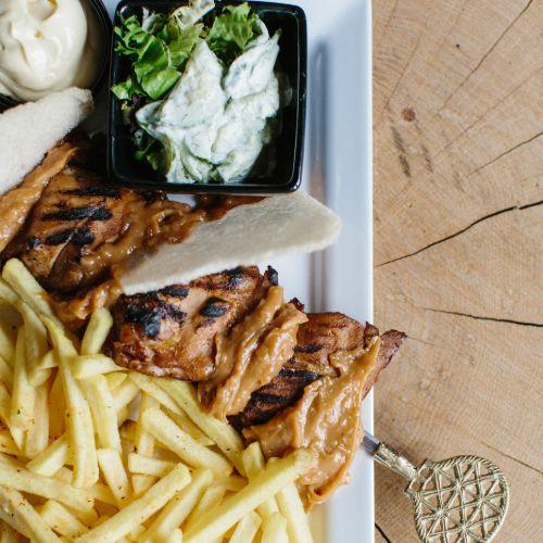 Kipsaté inclusief frites, salade en saus