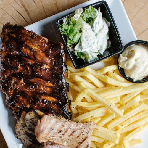 Mixed grill met varkenshaas, kipfilet, biefstuk en sparerib inclusief frites, salade en saus
