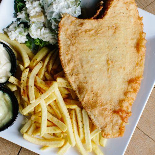 Scholfilet menu inclusief frites, salade en saus