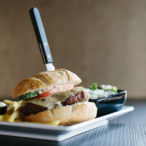 Smokkelburger menu inclusief frites, salade en saus