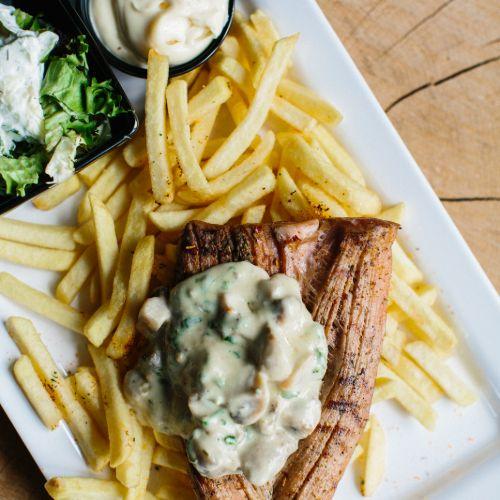 Varkenshaas met champignonsaus inclusief frites, salade en saus