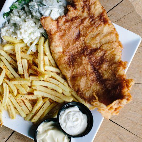 Victoriabaars menu inclusief frites, salade en saus