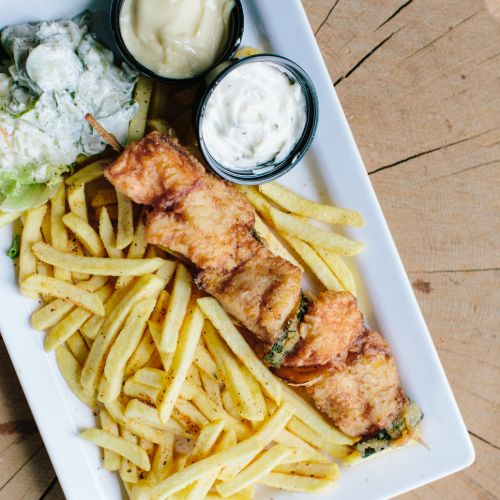 Visspies menu met zalm, kabeljauw en victoriabaars inclusief frites, salade en saus