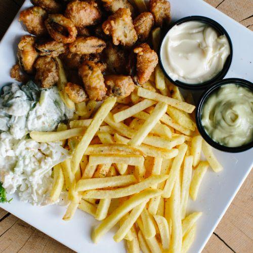 Voorgekookte mosselen menu inclusief frites, salade en saus