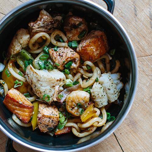 Noodlespannetje verschillende soorten vis en groentes